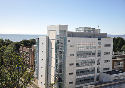 External view of the 生命科学1研究所 out to sea