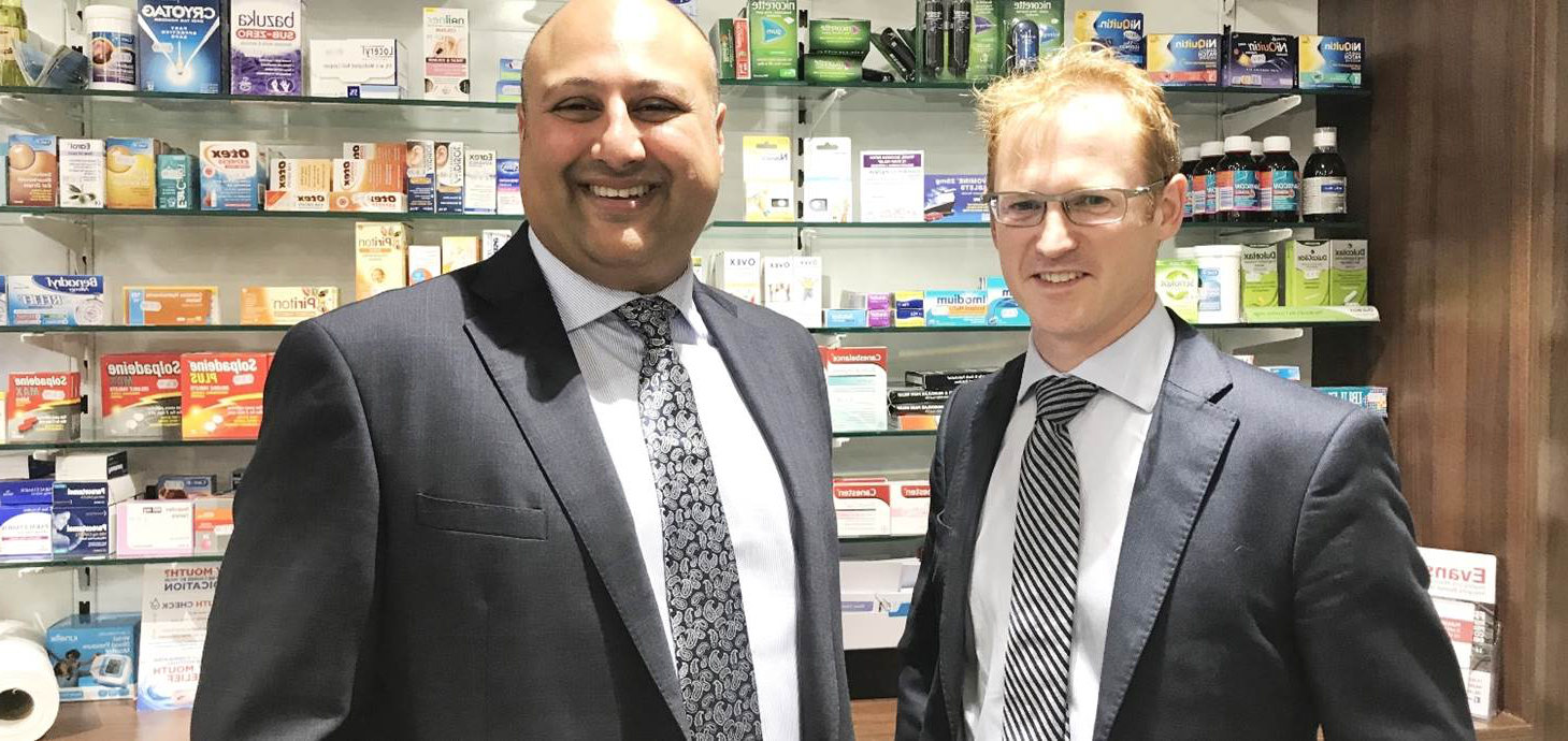 Swansea University's Head of Pharmacy Andrew Morris pictured with Dr Mo Nazemi at 埃文斯药店's Ty Elli branch.
